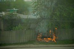 firemans是熄灭一辆分解的灼烧的汽车 免版税图库摄影
