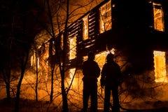 Firemans que tenta à casa segura no fogo firefighter fotografia de stock
