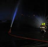 Firemem robi pożarniczemu świderowi przy posterunkiem straży pożarnej Fotografia Royalty Free