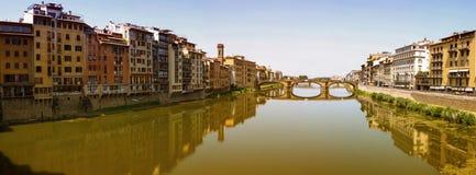 Firenze Arno flod på solig dag Arkivfoto
