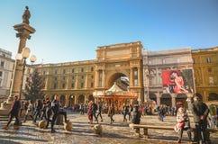FIRENZE - 17 DICEMBRE 2015 La gente che fa un giro turistico prima del natale Immagini Stock Libere da Diritti