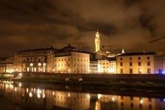 Firenze - Galileo Museum, torre de Palazzo Vecchio refletida em Arn Imagens de Stock