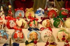 Firenze, il 2 dicembre 2017: Sfere di Natale in un mercato di Natale Fotografia Stock