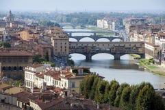 Firenze - Italia - el vecchio y los puentes de Ponte para arriba compiten Foto de archivo libre de regalías