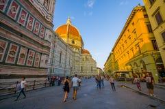 FIRENZE, ITALIA - 12 GIUGNO 2015: Grande via dal lato di Florence Cathedral, la gente che cammina prima intorno ai minuti Fotografie Stock Libere da Diritti