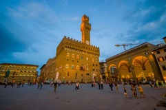 FIRENZE, ITALIA - 12 GIUGNO 2015: La notte sta venendo nel centro di Florencia, vecchio palazzo in mezzo al quadrato Fotografie Stock