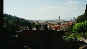Firenze, Italia, giugno 2017: Vista della città di Firenze attraverso le sculture sotto forma di valigia con una nave video d archivio