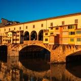 Firenze, Italia - Ponte Vecchio sopra Arno River al tramonto flore Fotografie Stock Libere da Diritti