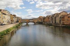 Firenze, Italia - settembre 03,2017: Bella vista lungo il fiume alla sposa anziana di Ponte Vecchio nel cielo blu e nella nuvola fotografia stock libera da diritti