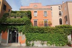 Firenze, Italia - settembre 03,2017: Belle e case variopinte alla citt? di Venezia con cielo blu e la nuvola fotografie stock libere da diritti