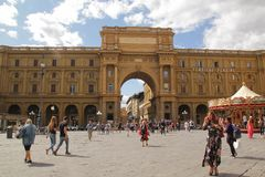 Firenze, Italia - settembre 03,2017: Bello quadrato di Repubblica di della piazza nel cielo blu e nella nuvola immagine stock libera da diritti
