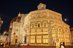 Firenze, Italia - 3 settembre 2017: Cattedrale del quadrato di Beautiful Piazza del Duomo Cathedral nella notte immagine stock libera da diritti