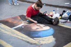 Firenze La ragazza estrae un ritratto sul marciapiede Fotografia Stock Libera da Diritti