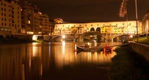 Firenze - Ponte Vecchio, gammal bro vid natten, sikt från riven Arkivbild