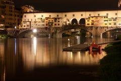 Firenze - Ponte Vecchio, gammal bro vid natten, sikt från riven Arkivbilder
