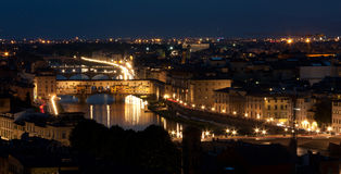 Firenze - Ponte Vecchio Panorma, старый мост к ноча Стоковая Фотография RF