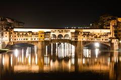 Firenze - Ponte Vecchio, puente viejo por noche con reflexiones adentro Foto de archivo libre de regalías