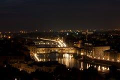 Firenze - Ponte Vecchio som är gammal överbryggar vid natt Fotografering för Bildbyråer