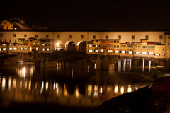 Firenze - Ponte Vecchio, vecchio ponte entro la notte con la riflessione Immagini Stock