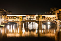 Firenze - Ponte Vecchio, vieux pont par nuit avec des réflexions dedans Photo libre de droits