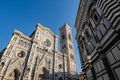 Firenze, Toscânia Itália - 30 de dezembro de 2018 frontal mais baixo para ver o domo de Florença e de torre de Bell de Giotto com imagens de stock