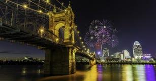 Fireowrks in John een Roebling-hangbrug in Cincinnati, OH Royalty-vrije Stock Foto's