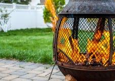 Firepit in binnenplaats met gebrulbrand royalty-vrije stock fotografie