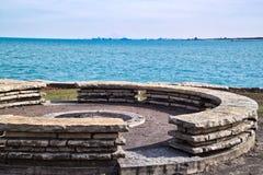Firepit su Chicago lakeshore dal lato sud del lago Michigan un giorno di inverno frigido Immagine Stock Libera da Diritti