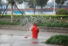 Fireplug wordt geopend en water fontains op de weg royalty-vrije stock foto's