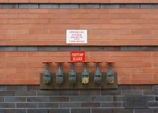 Firepump testa chodnikowowie na czerwonym ściana z cegieł Obrazy Royalty Free
