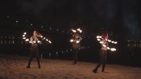 Fireshow artyści obraca wokoło kuglarskiego ogienia outdoors zdjęcie wideo