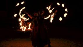 Fireshow kapacitet med bränningfacklan stock video