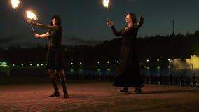 Fireshow kapacitet med bränningfacklan på natten utomhus- 4k arkivfilmer