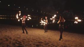 Fireshow-Leistung mit spinnenden Dauben nachts stock footage