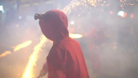 Fireshow sur la rue, mouvement lent, blured les gens dans des costumes des diables avec la torche banque de vidéos
