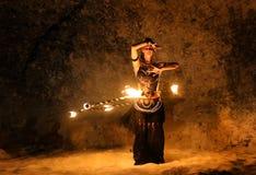Fireshowkunstenaar die met brandring dansen stock foto's