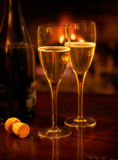 Fireside Champagne para dois Foto de Stock