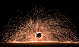 Firestarter que executa mostra surpreendente do fogo com os sparkles na noite Imagens de Stock