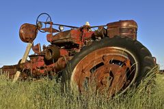 Old M Farmall tractor missing rear wheels. FIRESTEEL, SOUTH DAKOTA, June 23, 2017: The old M Farmall tractor missing the back wheels was a model name and later a Stock Photos