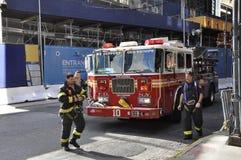 Firetruck 10 de Nueva York y bomberos Foto de archivo