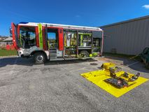 Firetruck avec l'équipement d'urgence sur l'affichage photos libres de droits