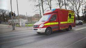 Firetruck che affretta alla costruzione bruciante, giorno feriale dei pompieri, lavoro pericoloso stock footage