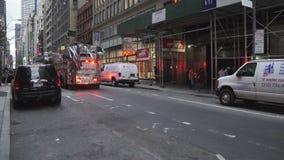 Firetruck con destellar de las luces metrajes