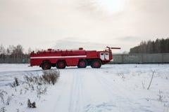 Firetruck d'aérodrome dans l'aéroport d'hiver Photo stock