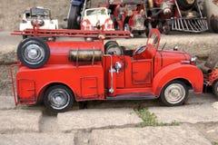 Firetruck d'annata del veicolo per il trasporto del metallo del giocattolo rosso Fotografia Stock