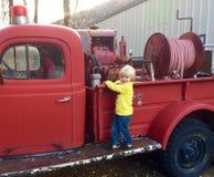 Firetruck d'annata ed il ragazzo fotografia stock libera da diritti