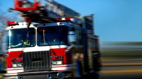 Firetruck de pressa imagens de stock royalty free