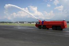 Firetruck del aeropuerto en la pista Fotos de archivo