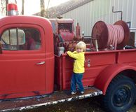 Firetruck do vintage e o menino foto de stock royalty free