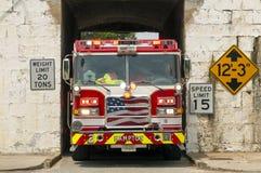 Firetruck in einem Tunnel Stockbild
